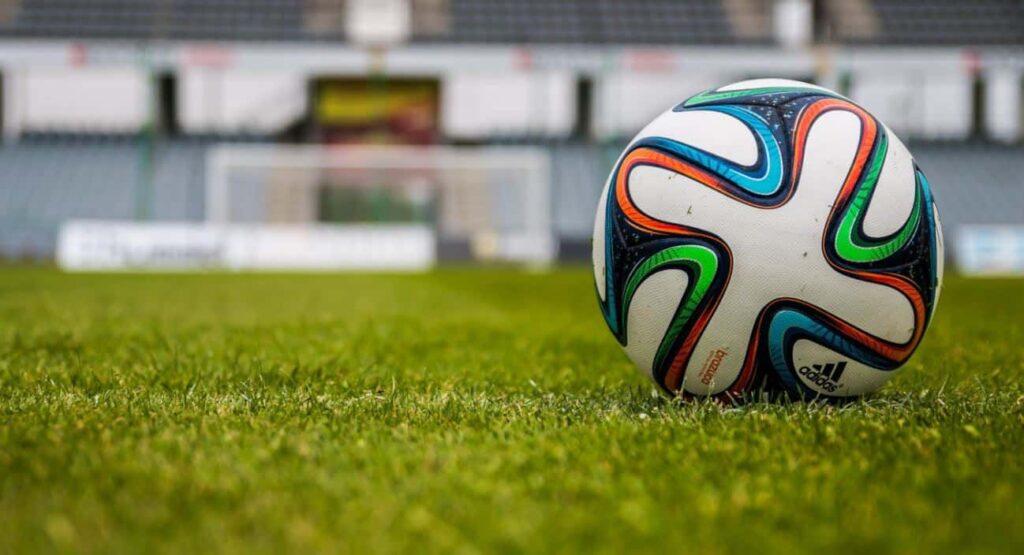 Niedzielne hity piłki nożnej. Transmisja online, stream i bonusy